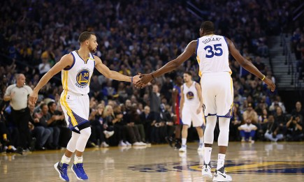 Golden State Warriors players Stephen Curry (L) and Kevin Durant